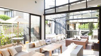"""「BRUNCH KITCHEN」は、店名通りに""""平日の昼間からシャンパンを飲みながらブランチが楽しめる""""、明るく開放的なレストランです。"""