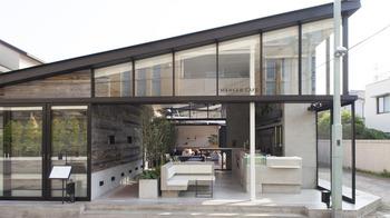 「ブランチキッチン」と同じ建物内にある「MERCER CAFE(マーサーカフェ)鎌倉店」。セルフスタイルのオープンカフェです。鎌倉散策の途中で立ち寄っても。ブランチキッチン同様明るい店です。