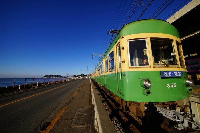 """今回の記事では、""""味""""も""""雰囲気""""も素敵な店ばかりをピックアップしました。  「鎌倉」は、爽やかな季節も、梅雨時も、四季折々に楽しめる素敵な場所。せっかく鎌倉を散策するのなら、美味しい料理もぜひゆったりと楽しんで下さい。  【画像は、稲村ヶ崎周辺の江ノ電と湘南の海の景色。】"""