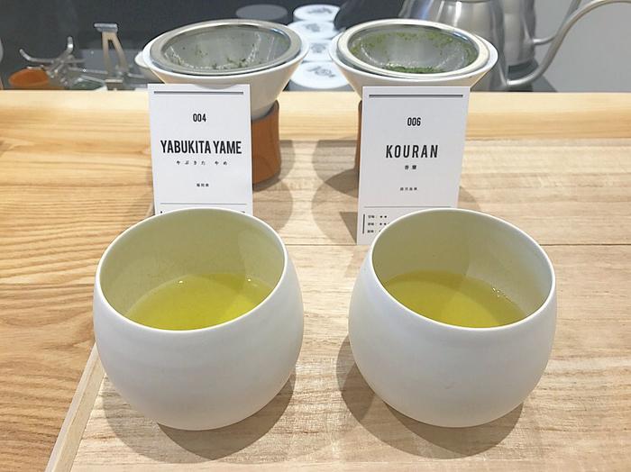 せっかくの貴重な茶葉、訪れた際には飲み比べをしてみるのも良いかも。画像左は前述した「004 やぶきた やめ YABUKITA YAME」。そして画像右は、香ばしい香りが特徴の「006 KOURAN 香蘭」。
