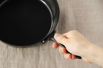 俺入れが難しそう、そう思って鉄製のフライパンを躊躇している人にお勧めしたいのが、料理研究家の有元葉子さんがプロデュースするラ・バーゼの鉄フライパンです。