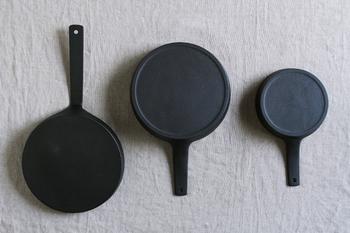 3サイズ展開で、小さな2サイズは短めの取っ手でオーブンに入れたり、テーブルに出したりと言った対応をしやすくなっています。裏面がフラットなので直火使用の他、IHでも使える優れものです。