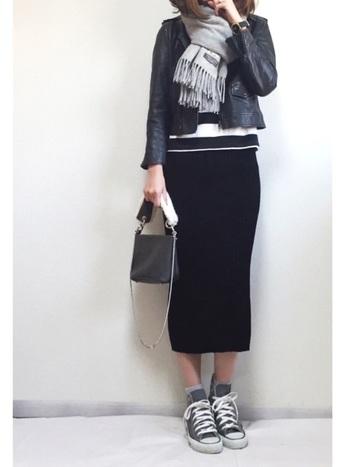 女性らしいタイトスカートはライダースジャケットで辛口に引き締めるのがオススメ。短め丈なら足も長く見えてGOOD!