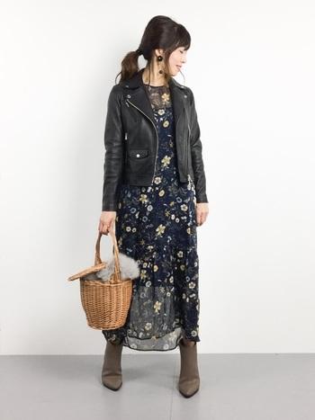 シースルーの女性らしいワンピースはそのまま着ると上品すぎるという人は、こんな風にライダースジャケットを合わせてみるのがオススメ。流行のカゴバッグを取り入れてトレンドも意識して!