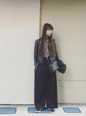 白と黒を使ったモノトーンコーデ。ライダースジャケットとバッグが革なので高級感がありますね。全体のシルエットが今年っぽくて素敵です。