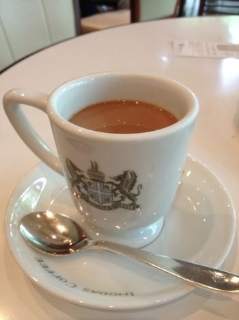 豆はもちろんのこと、そのこだわりはお水まで。 京都のおいしい水をつかって淹れられた一杯は、イノダコーヒでしか味わうことができません。  実は、イノダコーヒでのおすすめのコーヒーの飲み方は、砂糖・ミルク入り。もちろん、注文すればブラックで提供してもらえますが、イノダコーヒの伝統を味わいたいならぜひ砂糖・ミルク入りをおすすめします。 このミルクもまた、他のコーヒー店のミルクや家庭用のミルクとは一味違うものなんだとか。