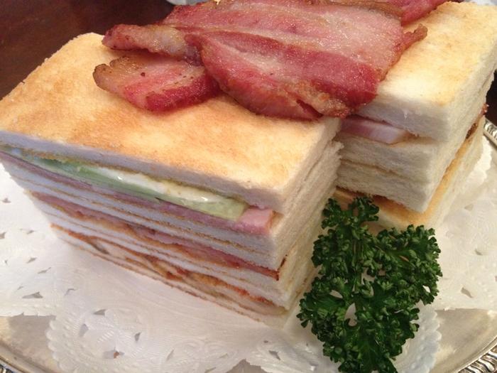 ボリューム満点のクラブハウスサンドは、イノダコーヒの人気メニューの一つ。 なんと、トーストを6枚使用したサンドイッチ。だれかとシェアして食べるのがおすすめです。