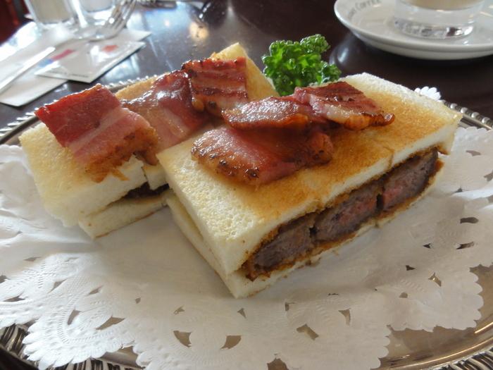 ボリュームのあるビーフカツサンドは一度は食べてみたい逸品。 じっくりあげられた肉厚のカツサンドは、自家製ソースで仕上げられたプレミアムなサンドイッチです。