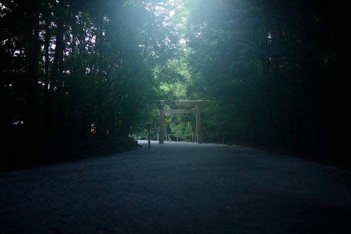 伊勢神宮は、「内宮(ないくう)」と「外宮(げくう)」の2つがあります。 通常、「お伊勢詣り」というと、この内宮と外宮の二つを回ることとされており、外宮か内宮、片方だけをお詣りするのは、「片まいり」と呼ばれ、やってはならないことなのです。  内宮のご祭神は天照大御神(あまてらすおおみかみ)、「日本人の総氏神」といわれる存在です。 外宮のご祭神は豊受大御神(とようけのおおみかみ)、天照大御神の食事をつかさどり、「産業や食事に関する神様」です。  この内宮・外宮を中心とする、それぞれの別宮、摂社、末社、所管社などの合わせて125社を総称して「伊勢神宮」と呼ぶのです。