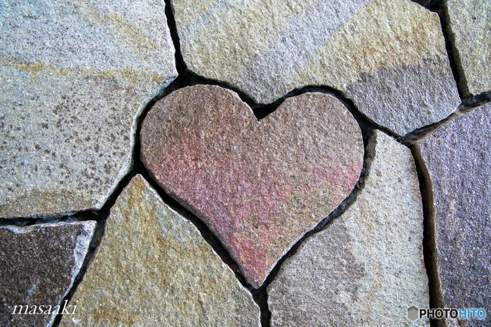この地下道は壁が石材でできているのですが、その石材の中に「ハート型の石」が一つ紛れています。 女性やカップルに話題の新しいパワースポット。 通った際はぜひ探してみてくださいね。