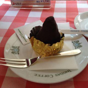 イノダコーヒは、ケーキの種類も豊富。 その中でも抜群の人気を誇るラムロックは、そのビジュアルはもちろん、中身にも驚き。 チョコレートでコーティングされているのはジューシーなラムケーキ。ラム酒がきいた大人味のチョコレートケーキです。