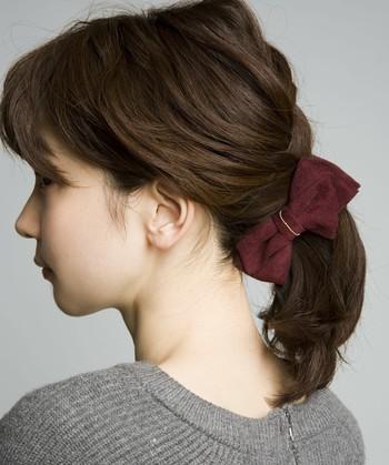 小柄さんはできるだけコンパクトなヘアスタイルにすると、全体のバランスが格段にアップします。ロングヘアーの方はひとつに纏めて。ショートヘアーの方はできるだけタイトに。