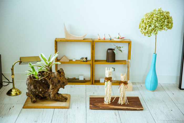 ご自宅の様子。居間には青木さんが集めた郷土玩具や北海道の民芸品、オブジェなどが行儀よく飾られています