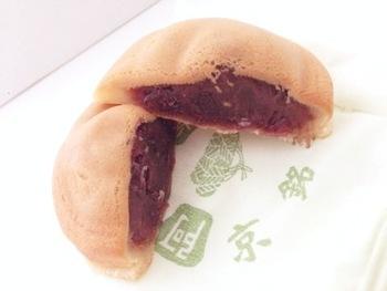 阿闍梨餅は、ちょっと不思議な形をした不思議な食感のお菓子。見た目は最中のようなどら焼きのような感じですが、甘さ控えめの上品な丹波納言の粒餡をもっちりとした秘伝の餅生地で包んだ、他で味わう事のできないお菓子です。一度食べたらクセになる美味しさで、京都に行く人をみつけては阿闍梨餅をリクエストする、という人も続出。
