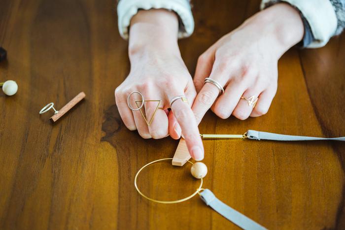 「ほとんどの木材は仕上げにみつろうを塗っています」と説明してくれる青木さんの指には、こちらもリトアオのリングがたくさん