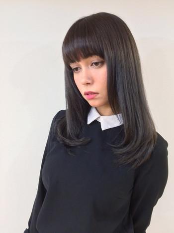 黒髪のナチュラルストレートは、レトロモダンな印象です。お人形さんのようなぱっつん前髪が、クラシカルな雰囲気を出してくれます。