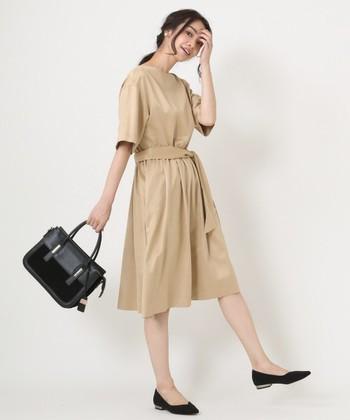 Aラインのシルエットが女性らしく柔らかい印象のワンピースは鉄板アイテム。スカート丈は、短すぎず長すぎないひざ丈がベスト。ウエストベルト付きを選べば、普段使いもできて一石二鳥です。 料亭など座敷がある席の場合、タイトスカートよりもフレアスカートを選ぶ方が正座がしやすいのでおすすめですよ。