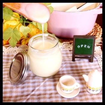 生クリーム不使用のミルクジャムは、ヘルシーなのが嬉しいですね。牛乳、スキムミルク、グラニュー糖をお鍋に入れてコトコト煮込みます。スキムミルクが無ければ、粉末のクリープでも代用可能♪乳製品にアレルギーがある方などは、豆乳と植物性のクリープで作ってみても美味しく頂けます!
