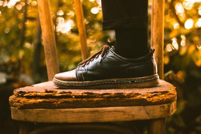 ガーゼなどの布でコーヒーの出がらしを包み、靴や金属などを拭くと、革靴のワックス代わりになります。簡単に靴のお手入れをしたいときには、お勧めです。