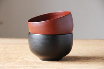 石川県能登半島が発祥の輪島塗。その輪島塗を木地から塗りまで一貫して行っている工房が「輪島キリモト」さんです。その伝統技法で作られる小福椀は、漆器の良さの判る世代の方に愛用してもらいたい名品です。