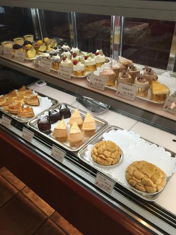 ケーキは他にもたくさん。 コーヒーにあうお気に入りを探すのも楽しいですね。 こだわって作られたケーキは、テイクアウトもでき、大変人気のようです。