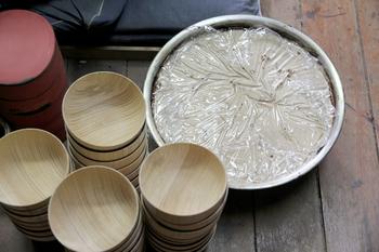 他の漆器にはない輪島塗の特徴は「地の粉」と呼ばれる珪藻土を下地に塗ってから、漆を塗り重ねるところにあります。本体は木の器ですが、地の粉を重ねることで陶器を纏ったように丈夫になり、欠けたとしても修理が簡単になります。日本が誇る輪島塗には丈夫で長持ちさせる工夫があるのです。
