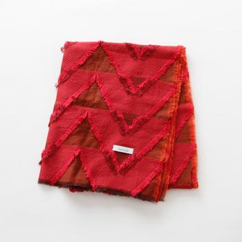 女性の方には、ちゃんちゃんこに変えて、赤いストールはいかがでしょう。播州織物のブランド「hatsutoki(ハツトキ)」から、夕焼けに染まった山々のような美しいストールをご紹介します。播州織物独特の「先染め」の製法で作られる織物は、糸を各種の色に染めてから織るため、様々な模様が作り出せます。