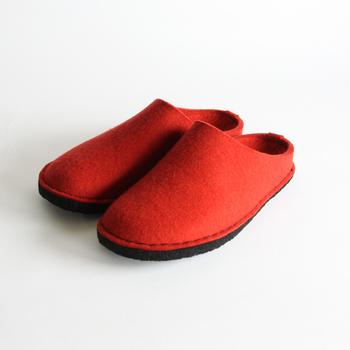 ドイツ生まれのブランド「Haflinger(ハフリンガー)」のルームシューズは人間工学に基づいて、履きやすさを追求されています。創業以来110年以上ソックスを中心としたニットウエアを製造してきたハフリンガーのルームシューズは温かく、しかも足をしっかりと支えてくれますよ。