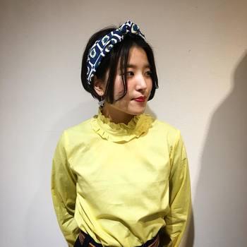センタ-パーツボブのヘアアレンジです。レトロな雰囲気のファッションやメイクとも相性の良い髪型ですね。スカーフの柄もヴィンテージ感があります。