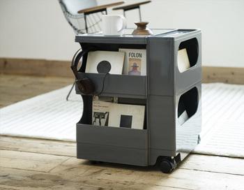 キャスター付きで便利なワゴン。 デスク周りにおけば書類や書籍、文房具などをスッキリオシャレに収納できるので、あれこれ探していた手間も省けます。 リビングで使うなら、雑誌や本やリモコンなどよく手に取るものを収納してコーヒーテーブルとしても♪ キッチンにおけば調味料や野菜などのストック入れとしても便利です。  このタイプの収納のコツは見せるものは美しく見せることです。