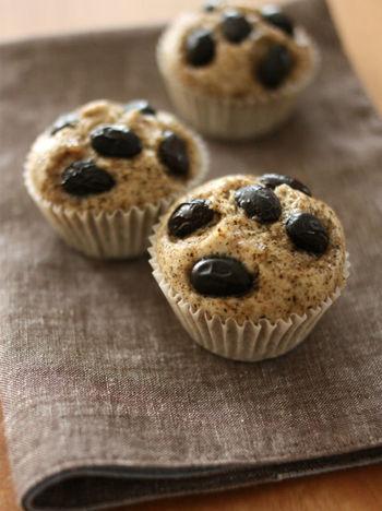 米粉の蒸しパン。米粉は名前の通り米で作られた粉だから、小麦粉の代替えとして安心して使えます。モチモチしていて美味しそう。