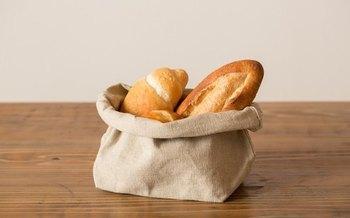 近所の美味しいパン屋さんで美味しそうなフランスパンを手に入れたら、こんなオシャレなバスケットで保存してみては? お出かけ時には、余布部分を折り曲げたり、紐で巻いたりすれば袋や巾着としても使えるので、美味しいパンを持ってピクニック♪なんていうのも素敵です。