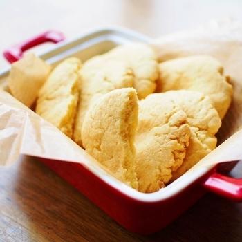 小さな子どもも食べやすいボーロのようなホロッと口どけ優しい米粉のクッキーです。