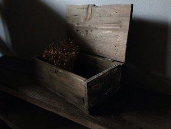 アンティーク感たっぷりのウッドボックス。存在感バツグンのボックスの中には、普段あまり使わないものをた~っぷりしまいこんで、蓋をしめたらその上に可愛い雑貨を飾るのもおすすめです♪