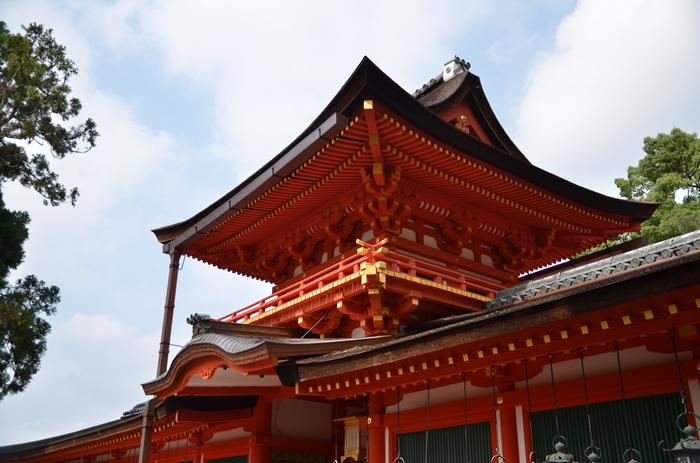 御本殿を囲う「中門・御廊」。中には日本の代表的な神社建築様式である春日造の御本殿が! 普段は一般に公開されていませんが、20年に1度の式年造替(しきねんぞうたい)期間中は、「国宝御本殿特別公開」が行われてます。(平成29年3月31日まで)