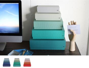 男性へのプレゼントにも喜ばれそうな収納ボックス。グラデーションカラーを積み上げたシンプルボックスはPC周りやテレビ周りにおすすめです。