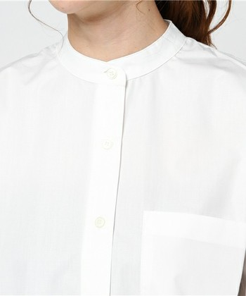 ジャケットの下にニットやカットソーを合わせるのはちょっとカジュアルになりすぎる……という方におすすめしたいのが、襟のない「バンドカラ―シャツ」。首元をすっきり、清潔感あるイメージを与えてくれます。