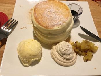 京都駅前店限定の、きなこクリーム・パンケーキは、濃厚なきなこクリームに黒ごまソースをかけていただきます。