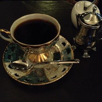 レトロなカップでいただくコーヒーは格別です。静かにお茶したい人にぴったり。