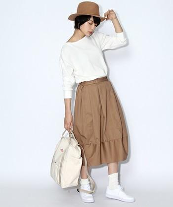 白×ベージュでまとめた春らしい印象のコーディネート。主張しすぎないベージュ系のツバ広つばトは、春ファッションに合わせやすいのでおすすめです。
