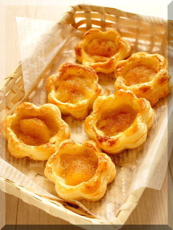 【フラワー・アップル・パイ】  お花の形のクッキー型で型抜きして、中央にりんごのコンポートを載せて焼きます。 シナモンシュガーや粉砂糖をかけたら、さらに花らしくなって、かわいい☆ 中にいれるのは、カスタードクリームや苺ジャムにしても。 並べてみたらお花畑のようです。