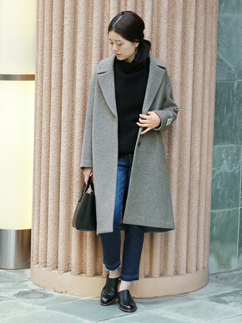 ドロップショルダーのオーバーサイズ感が今年らしいコート。ニット×デニムのシンプルスタイルにも自然と馴染み、大人の休日スタイルの完成です。