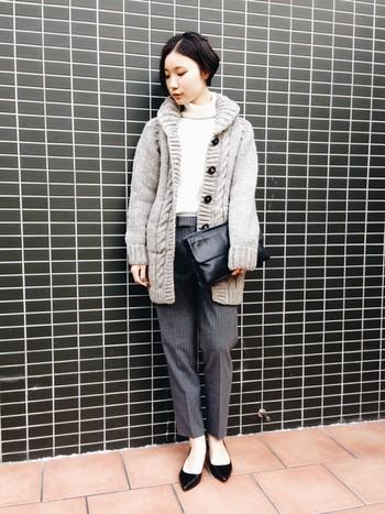 なめらかなアルパカや素朴な羊毛の毛糸を使い、丁寧に編みあげられました。上質のウール糸を使用しているので、とっても柔らかくてあったかい♪マフラーなしで過ごすことができますよ。