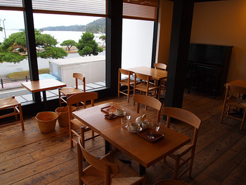 一階は後にご紹介する雑貨屋さん「松島雪竹屋」、二階が「松華堂菓子店」になっています。全面のガラス窓からは、ゆったりと松島の景色を眺めることができますよ。