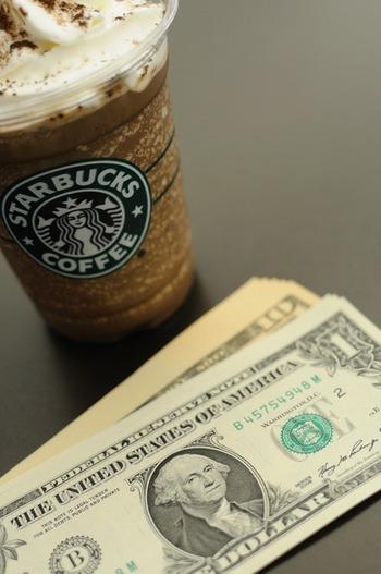 お金を使い過ぎる人の傾向として財布にお金がいくら入っているのかを把握していません。まず入れるお金の金額をきめてその範囲で生活を切り盛りしましょう。 「年齢×1000円」がお財布に入れるベスト金額といいますが、40歳だと4万円でこれをいっぺんに入れてしまうと全部使いきりそうで少し怖いですね。4で割ってまずは1週間で上限1万円としてみましょう。充分間に合う金額のはずです。慣れてきたら少しずつ金額を減らしてみてください。 財布の色がお金の減り方に関係がある説はあまり気にしなくて良いでしょう。それよりもきちんと整理整頓されたお財布ということが大切です。外からパッと見てお札が多く入っているように見える二つ折財布は避けて、長財布にお札ごとにきれいに並べてください。