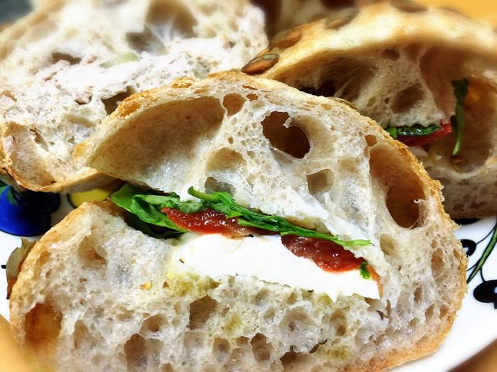 注文してから作ってくれるサンドウィッチも評判が高いです。小麦の味が香ばしいパンにはどんな具をはさんでも絶品サンドウィッチに。