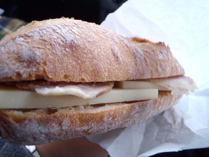 ロースハムとグリュイエールチーズのサンド。シンプルなチーズサンドだからこそ、パンの風味とチーズの濃厚な味わいが100%引き出せるんです。