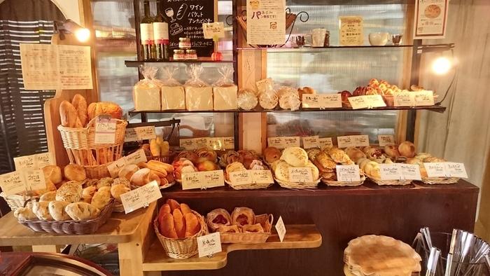 店内にはたくさんの種類のパンが並びます。オリジナルのパンも多く、あれもこれもと迷ってしまいそう。