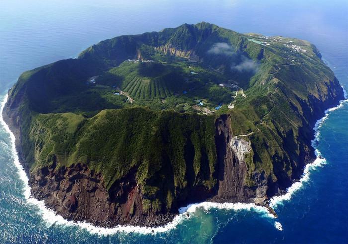 東京の南のほう、まさに大自然がそのまま残された島があります。 八丈島から連絡船に乗り、約2時間半で到着するのが、この青ヶ島。 約3000年前に大規模なマグマ水蒸気爆発が起こり、その後、年月ともに溶岩流が火口を埋め、形を変えながら現在の状態になったといわれています。