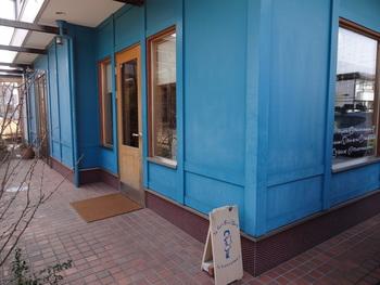 インパクトのあるブルーの外観が可愛らしい「ルパングリグリ」。おしゃれなフランス風パンのお店です。